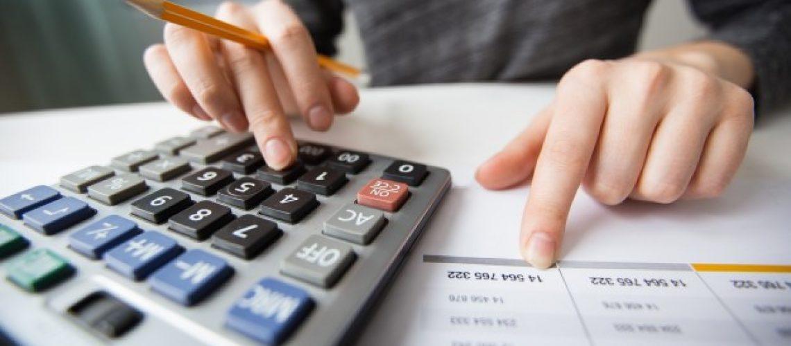 closeup-accountant-hands-counting-calculator_1262-3170